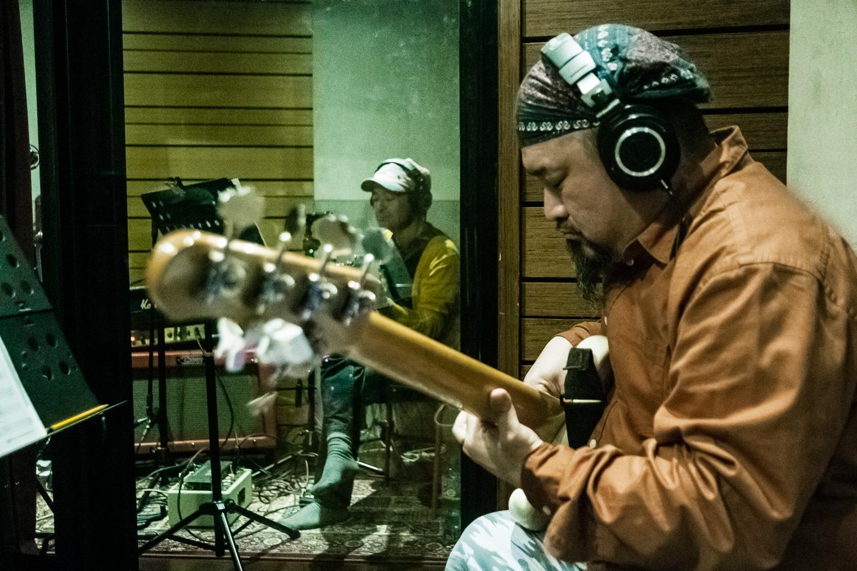 貝斯手早川徹因為看了滾石樂隊在日本演出,而喜歡上貝斯這把樂器。