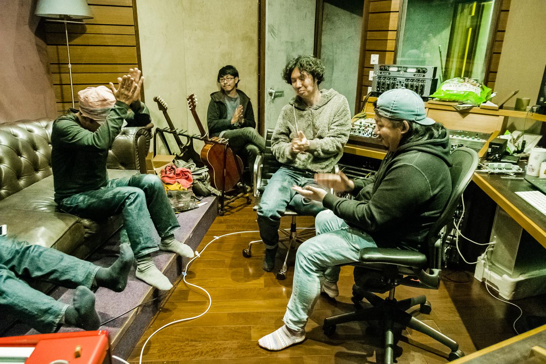 不若前作是現場專輯,東京中央線的《One Line》是一張錄音室專輯。