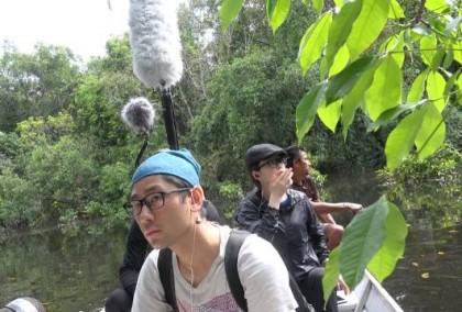 李星宇在河中錄音。