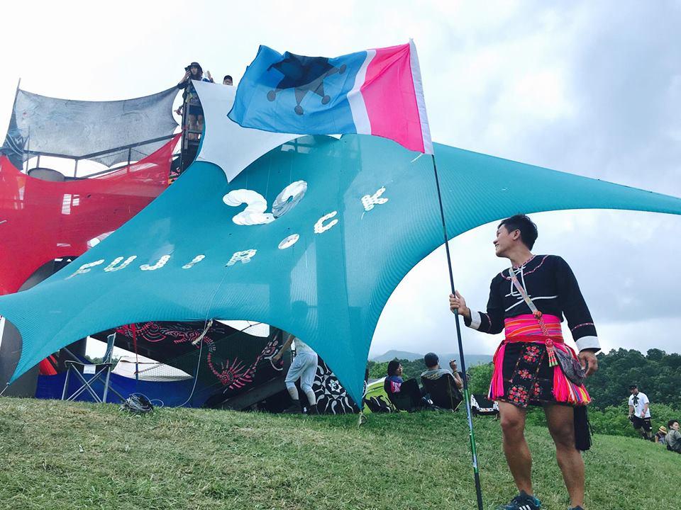 舒米恩在富士搖滾的知名纜車舞台「白日夢」上,插阿米斯旗。