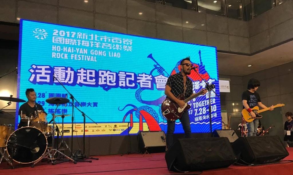 八十八顆芭樂籽現場演出〈野球狂之詩〉,為海洋音樂祭暖身。