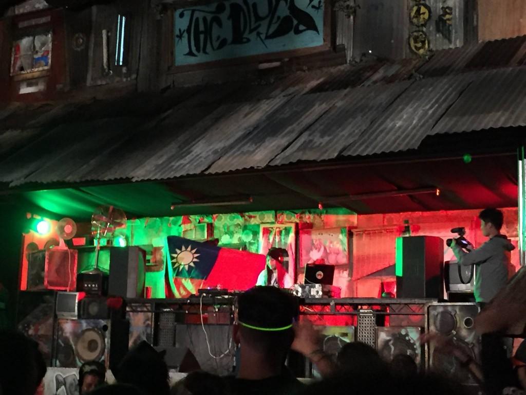 DJ Rayray 在演出時揮舞國旗
