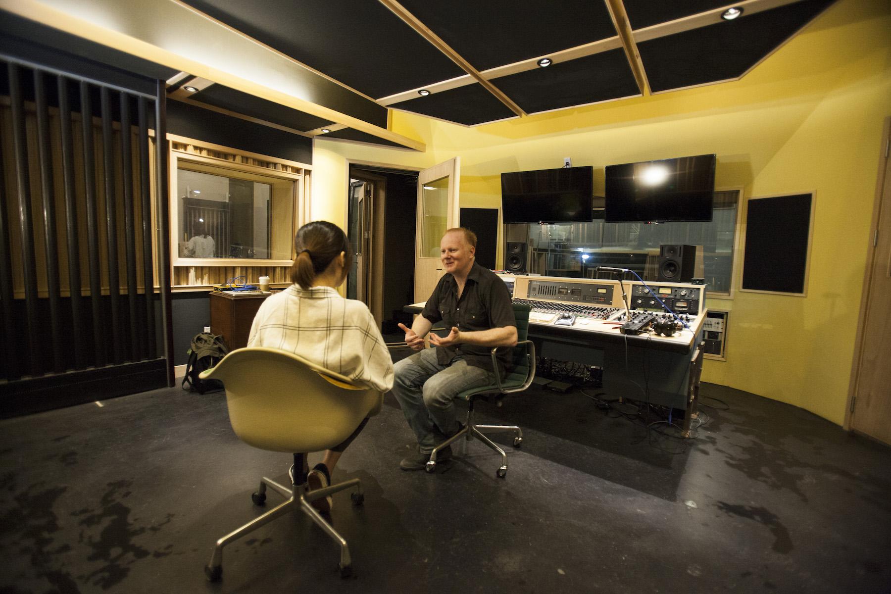 本次採訪在control room進行。