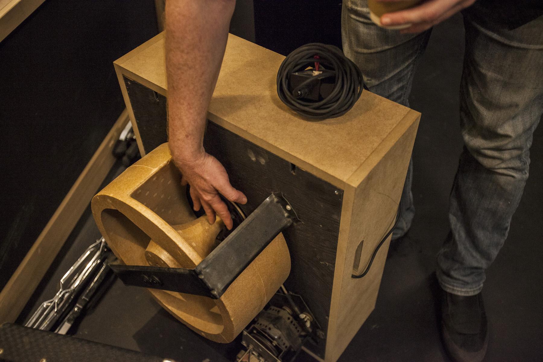 這個喇叭是很酷的Leslie cabinet!轉動時將兩支麥克風分別放在左右兩側收音,可以自製出Filter效果,常用於organ、vocal等已錄製好的聲音。