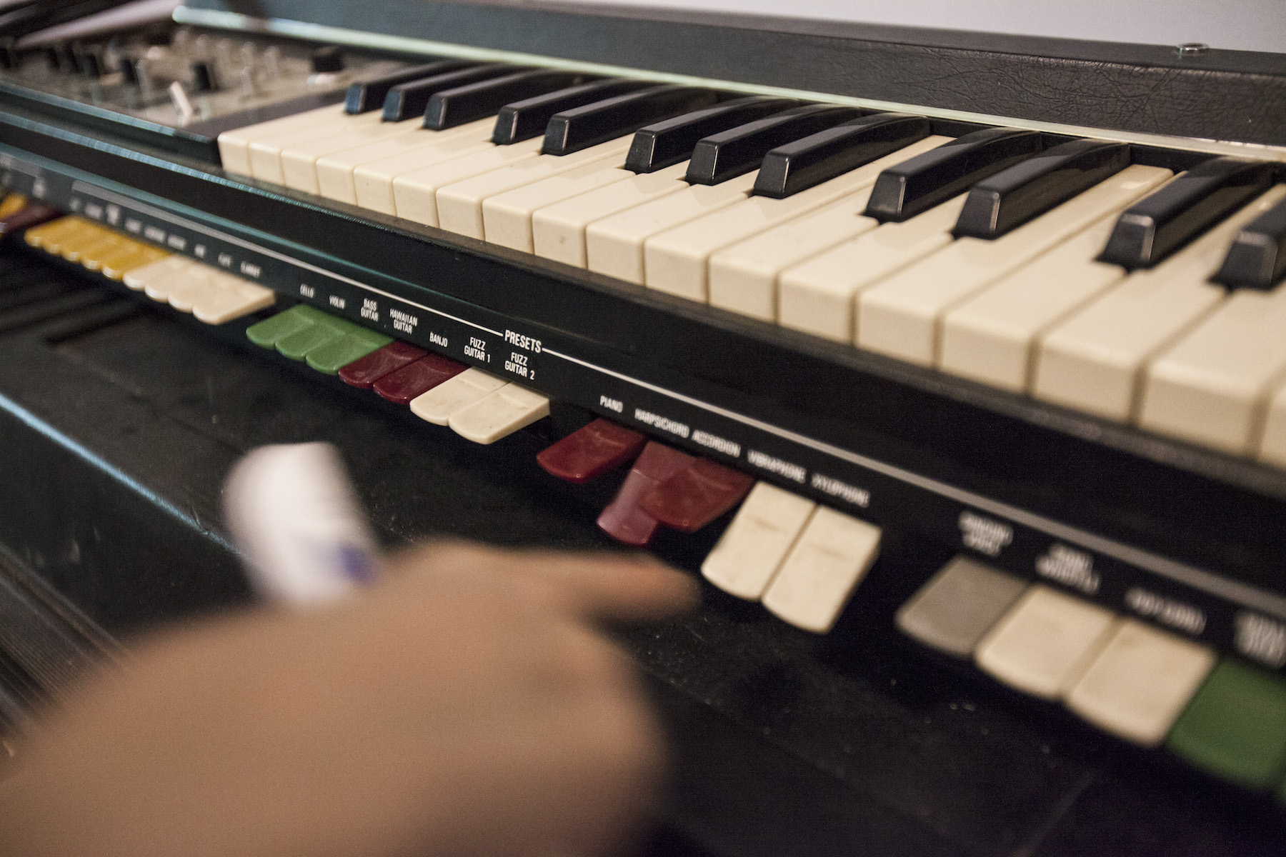 這台analog合成器相當有趣,琴鍵底下的按鍵是各種preset,想要掛哪些,把它按下去就行了!