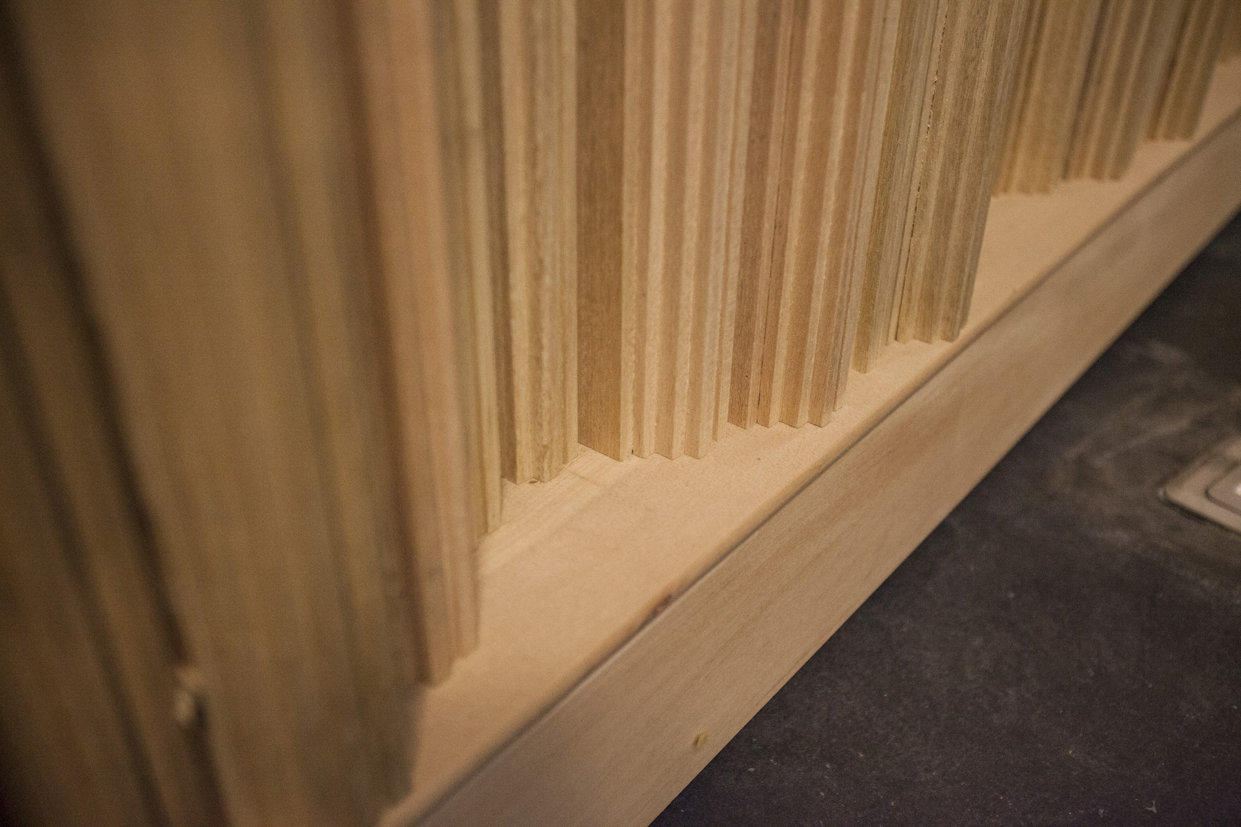 近看吸音板,每個凹度都是設計過、不是亂挖的,它能讓聲音保有音質本身的厚度,而不會被吸乾或散掉。