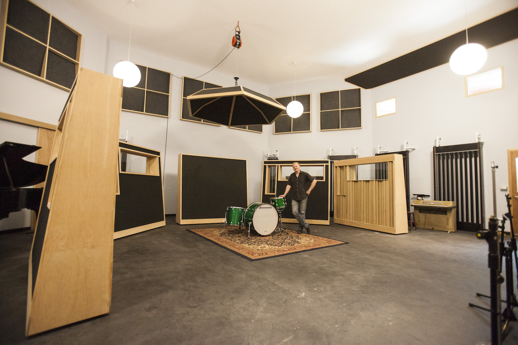 吸音板一共有六片(還有一片被移到旁邊未入鏡),都是可以移動的;上方看起來像蓋子的吸音板是鼓傘(Drumbrella)也可上下調整已達到同時有乾的鼓聲及空間的Room sound。照片中的大鼓是28吋的Ludwig,這裡還有20、22以及32吋,都是六零年代的產物。