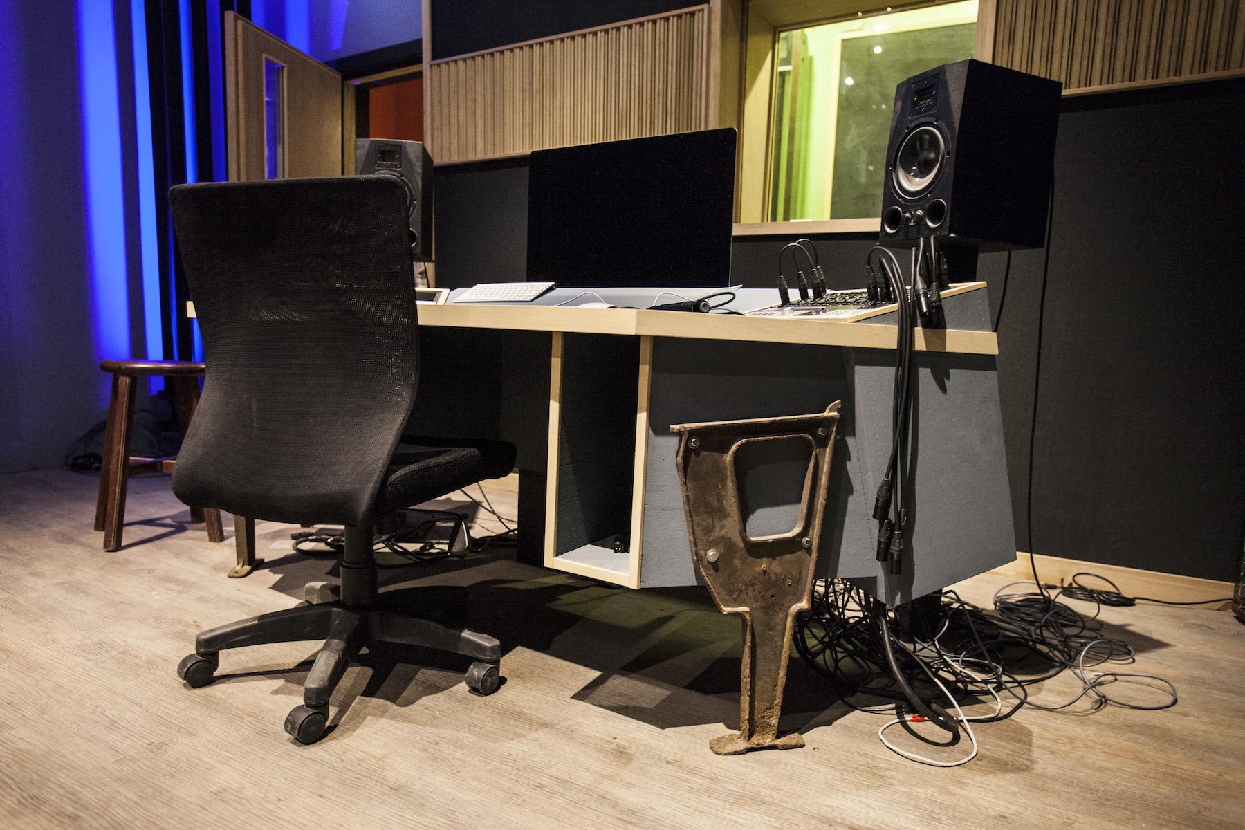 用舊戲院遺留下來的椅腳設計而成,control room的桌腳也是喔!
