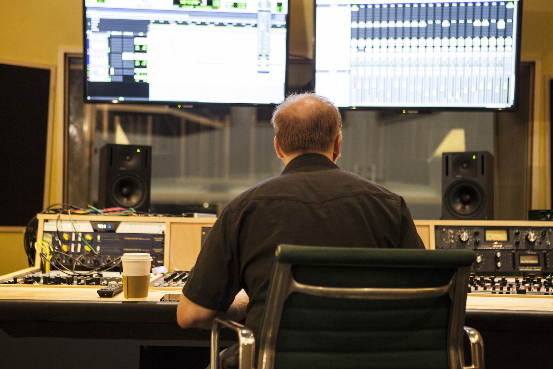 專業規格的控台與超大雙螢幕!