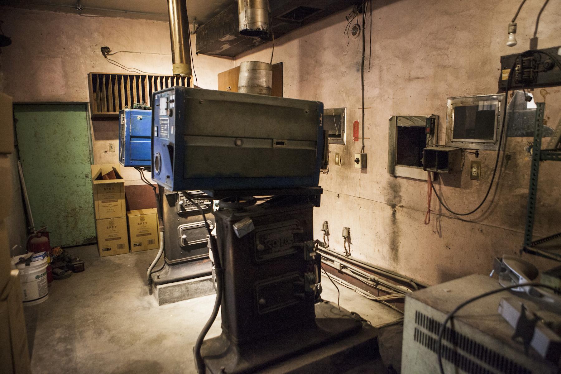 二樓放映室被原封不動保留下來,聽說有不少古董收藏家搶著收購這些放映機。