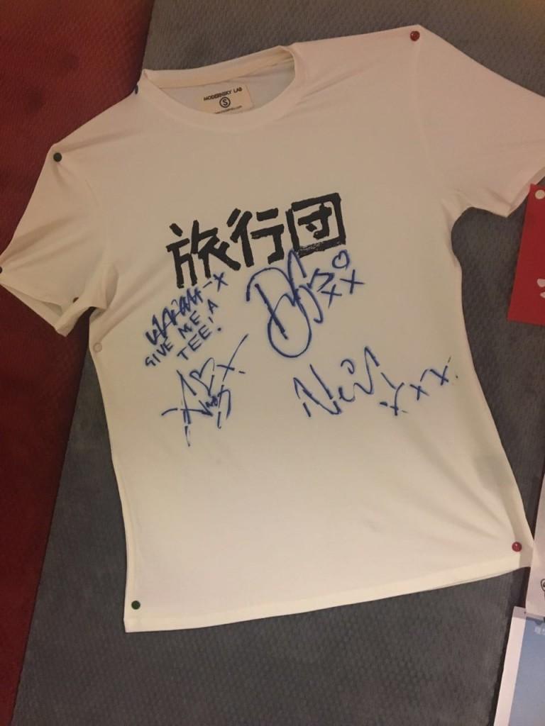 2013 上海草莓音樂節,Travis 樂隊和旅行團互換 T 恤,前貝斯手小P 下臺後脫下自己的那件送給了 Travis 樂隊。