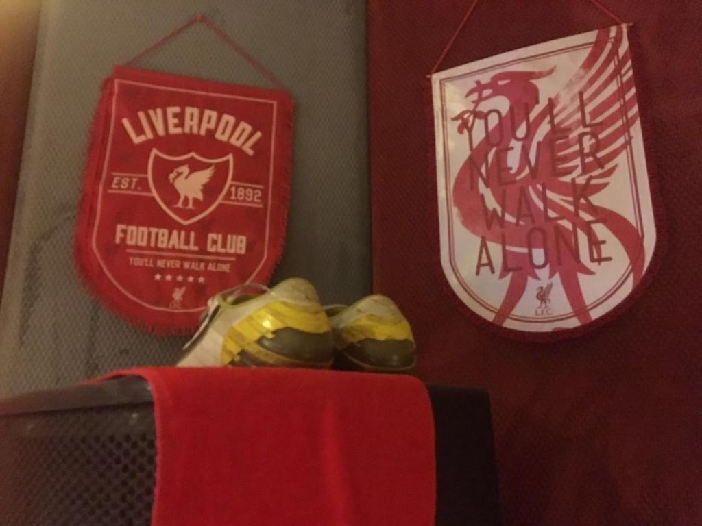 監聽音箱上擺著一雙「拐子」足球鞋,後面是利物浦隊的隊標。
