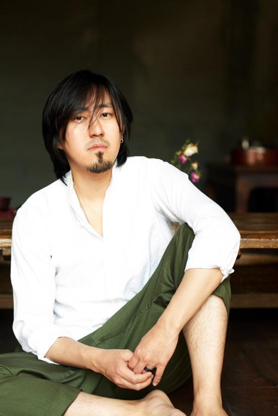 荒井從小就接受古典音樂打擊樂教育,在北京還和龍隆一起組建了團結湖樂隊