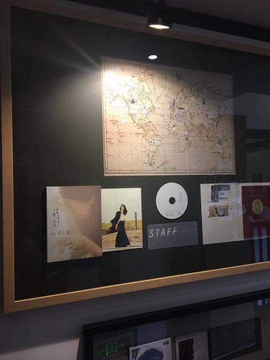 TTL錄音棚裡掛著的《不散,不見》,莫文蔚和荒井對這張專輯的定義是「旅行主題」