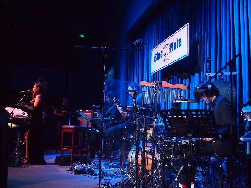 陳粒在 Blue Note 演出時,荒井為她做鼓手