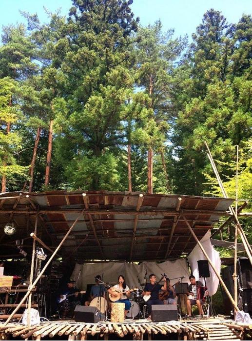 2016年,初登乙事キャンプ音樂祭的尹樵與雅淳與靜謐時光,也是該音樂節睽違多年第一組台灣表演者。