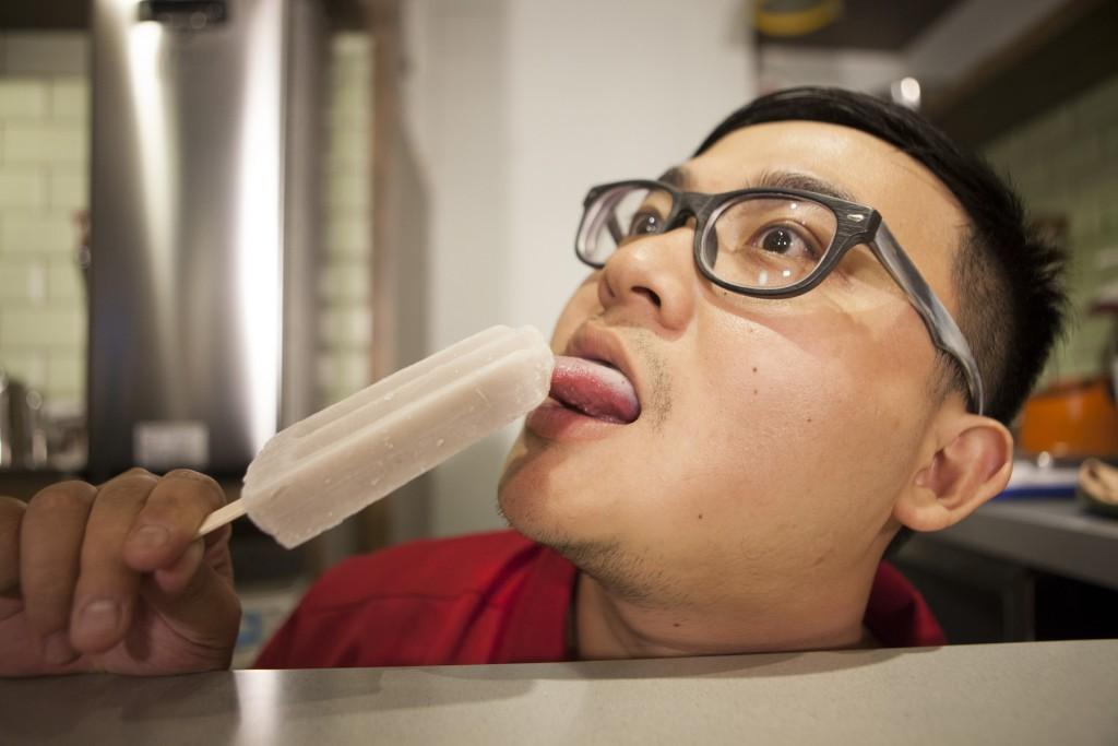 香蕉:(剛咬第二口)欸,我吃不出來欸……。 (被眾人恥笑) 香蕉:芋頭!芋頭口味。 眾人:芋頭你也吃不出來? 香蕉:順口,不黏膩,好吃!
