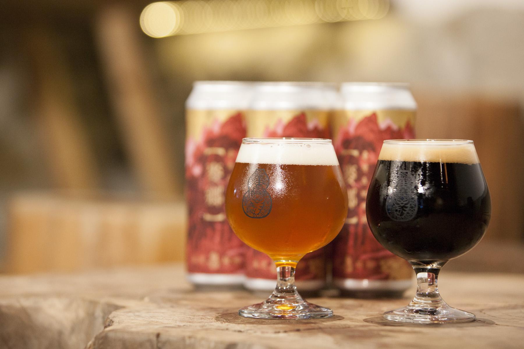 這不是伏特加,這是臺虎精釀推出的黑啤酒(右),帶有焦糖巧克力咖啡的香氣;另一杯IPA(左)則強調啤酒花香氣,飲用時可以聞到熱帶水果和花香味喔!