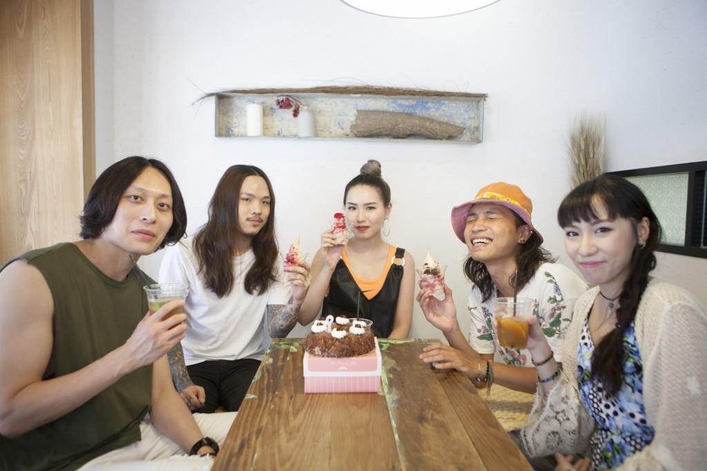 採訪這天適逢 Jesse 生日,團員特地買了蛋糕。
