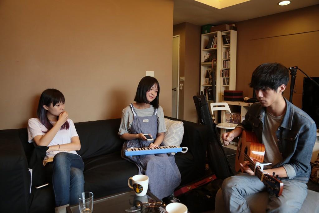 圖說:宜農指導張聲婕(中)、吉他手羅弘宇(右)