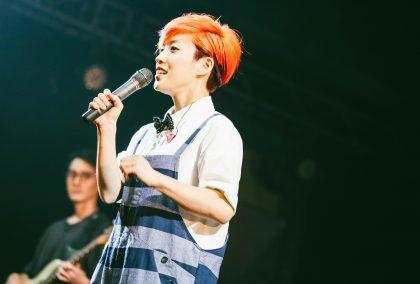 小球(莊鵑瑛)翻唱一連串經典男聲情歌,將Legacy台北變成千人大包廂!