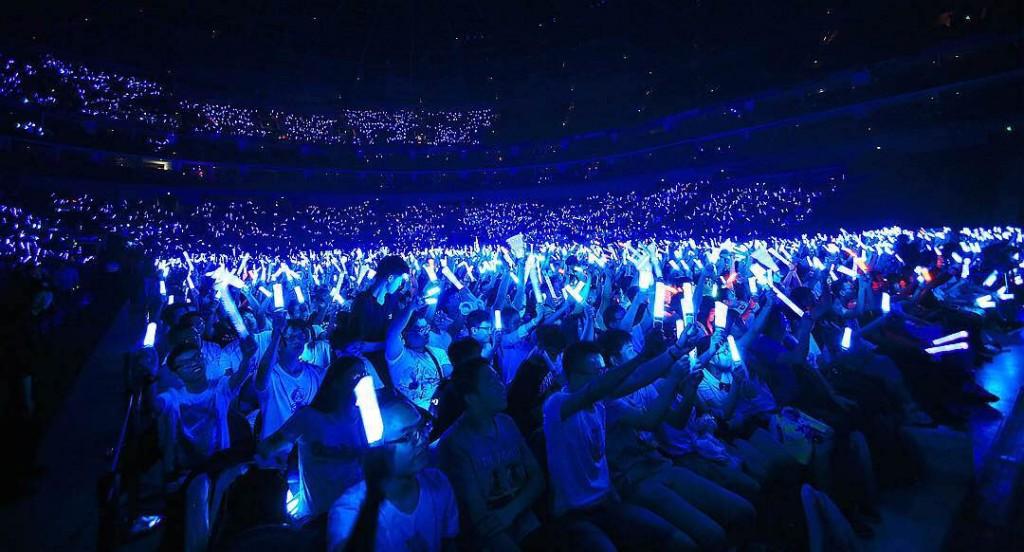 最近流行的「打call」一詞出禦宅族或日本偶像支持者在演唱會上的應援動作,藍色是洛天依的應援色,所以在演唱會上,粉絲揮舞藍色熒光棒做出有節奏的整齊動作,這已經不是第一次二次元詞彙創入三次元語境了