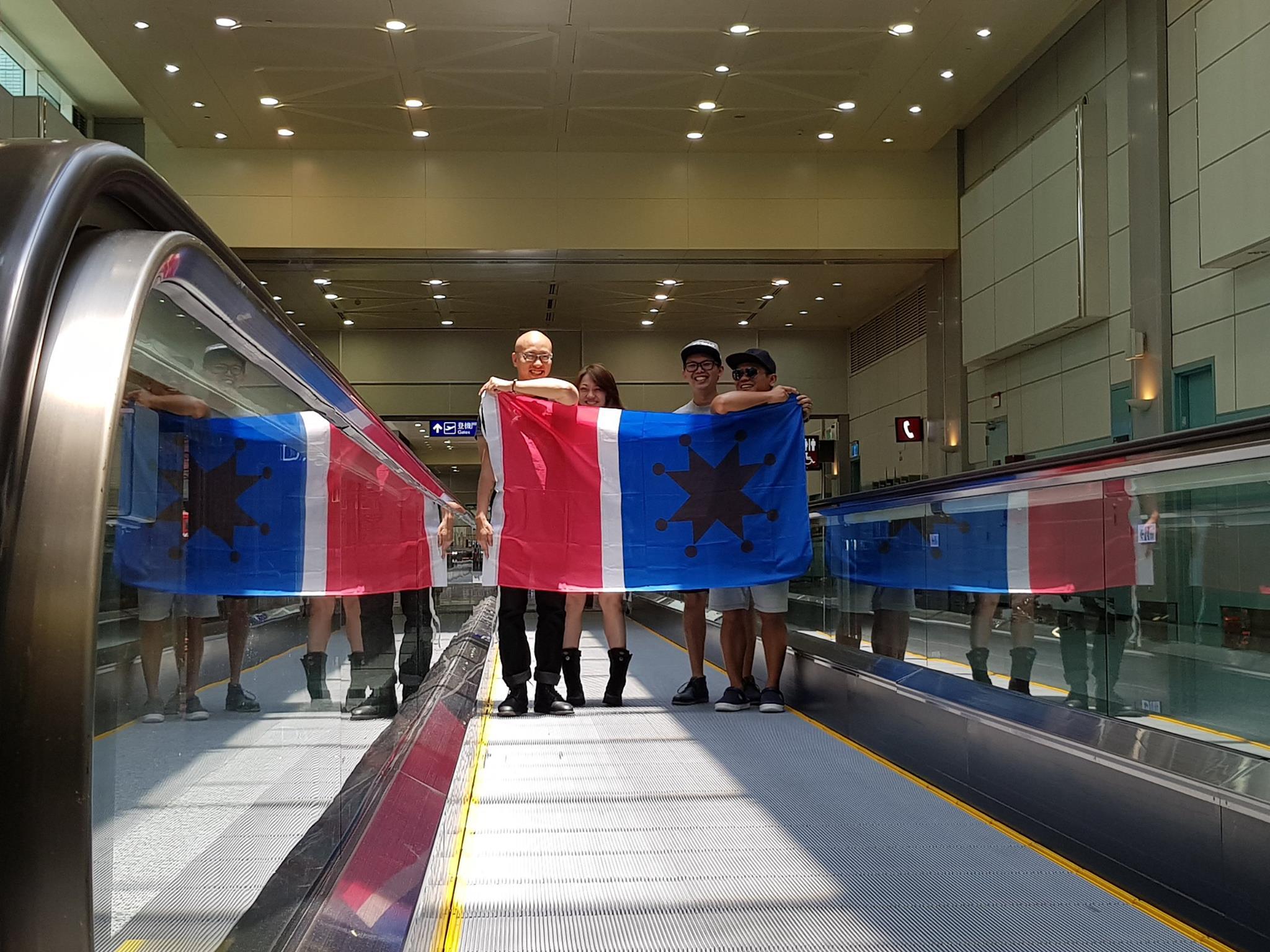 (左起)小龍、阿立、陽明、舒米恩在桃園機場登機前,正在用手機錄了一段阿米斯旗進場的趣味短片。