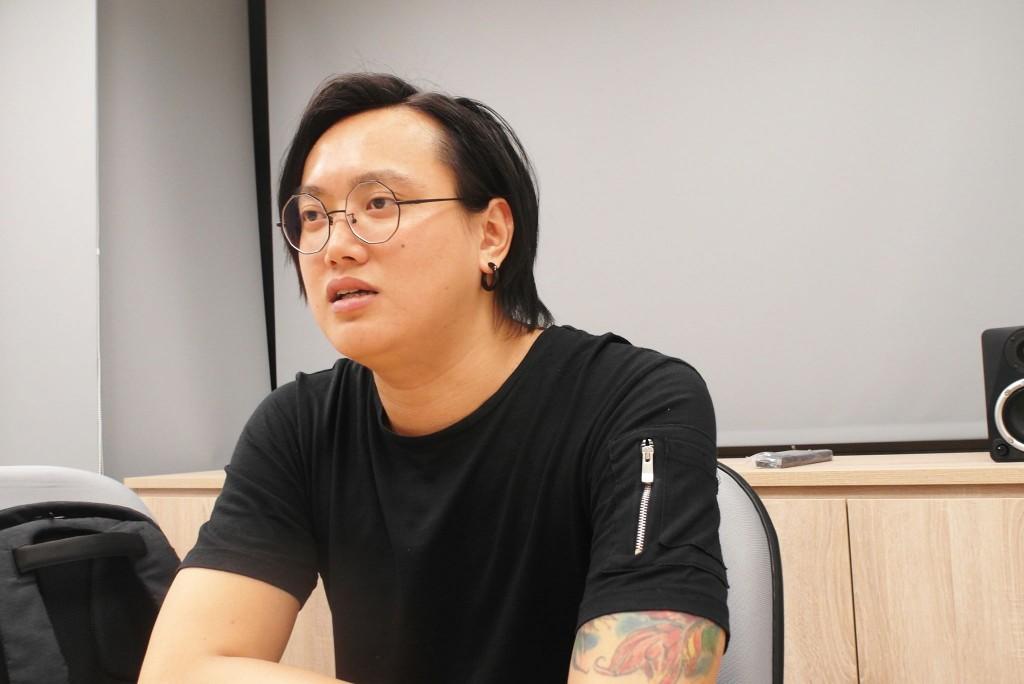 Oliver認為「歌詞」是華語音樂重要的元素,在《迷戀》這張專輯中,過去注重音樂編曲和氛圍的孔雀眼,在歌詞上有了明顯的進步。