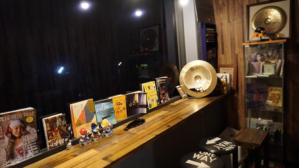 窗邊長桌擺放了許多音樂相關書籍雜誌,學生上課時,等待的親友可以在此小憩,翻翻書、看看街景;位於鼓室後方,這裡也是個能安靜談話的獨立空間,本篇採訪正是在此進行。