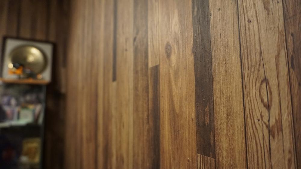 牆面原本想用木板,後來預算不夠只好選用日本製的木紋壁紙,但質感很好,看起來相當逼真。