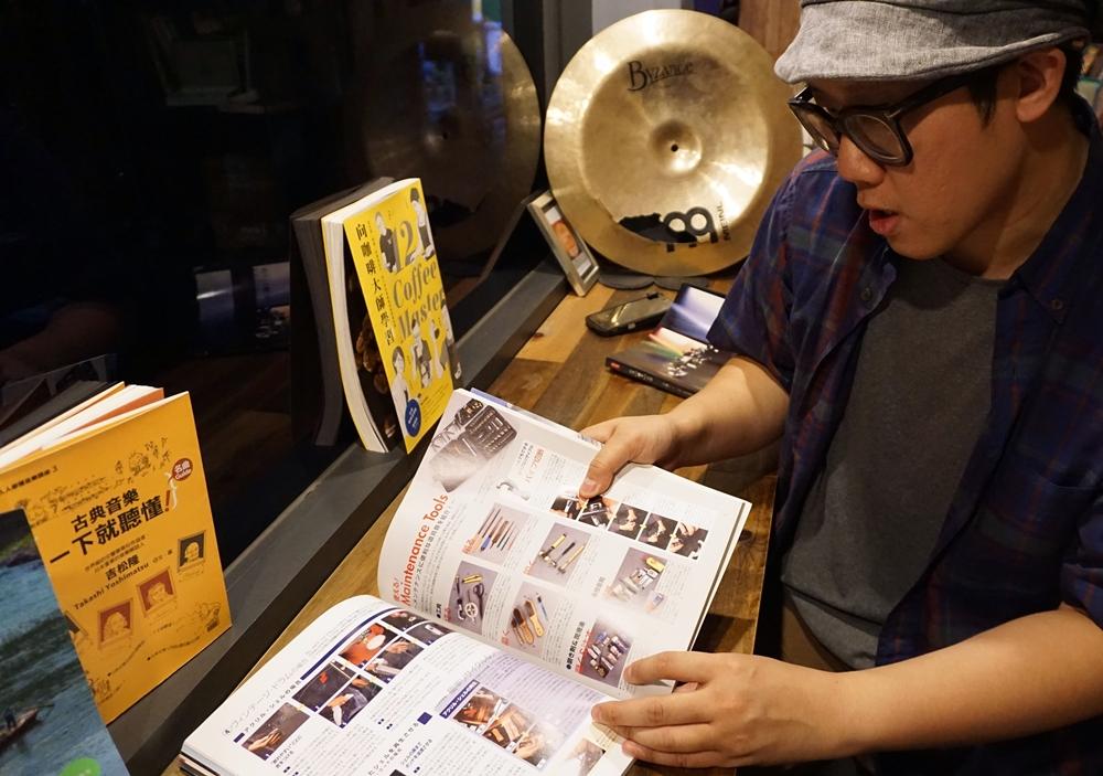 浩嘉順手推薦這本日本出版的雜誌《Rhythm & Drums》,從樂器工廠介紹到教你如何維修,內容非常豐富!還有附贈CD,可以邊閱讀邊聆聽鼓組、銅鈸等音色。「看不懂日文沒關係,圖片很詳細,鼓手們都要有一本!」