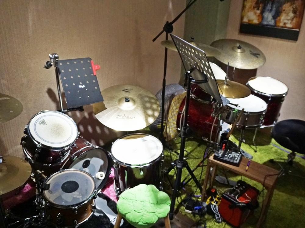 爵士鼓教室,特別設置了4~7歲小朋友專用鼓組。