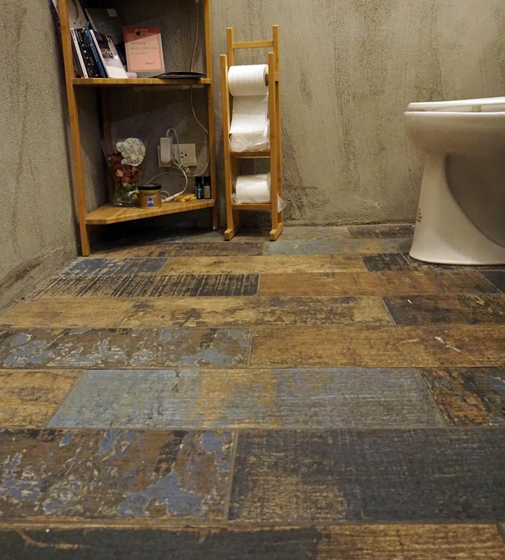 義大利製的彩繪地板,帶點工業風的仿舊感與整間店的氛圍很搭。