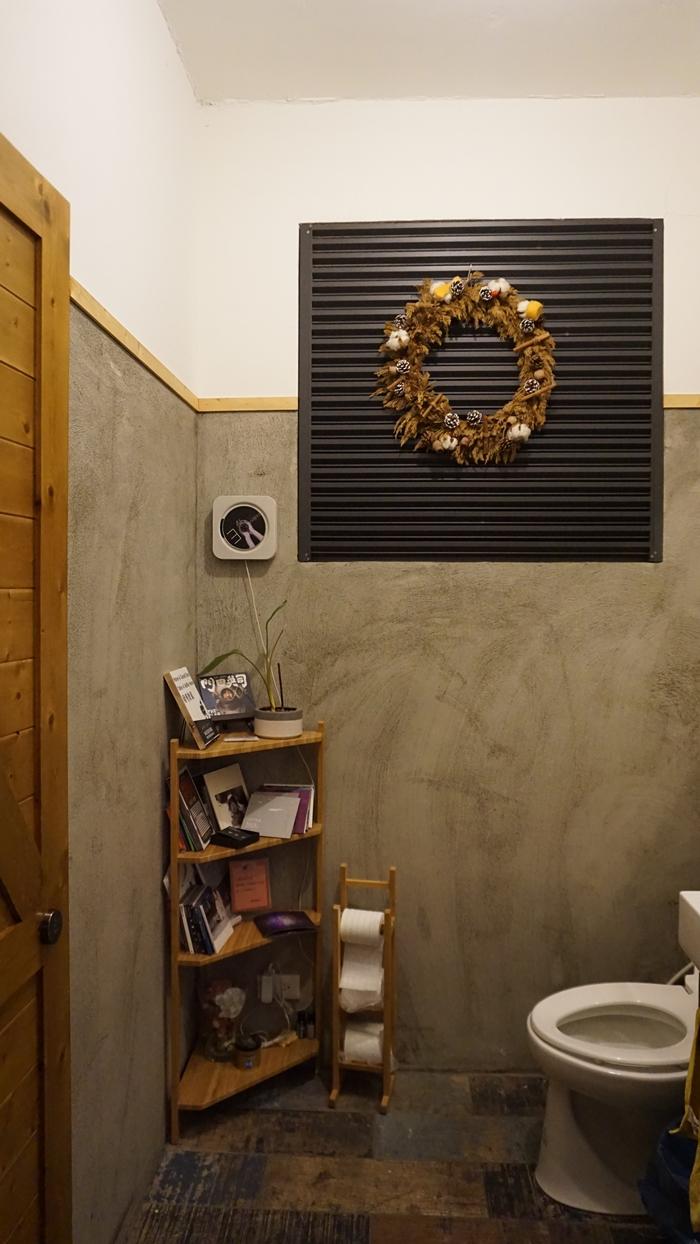 上廁所還可以播放架上的音樂喔!