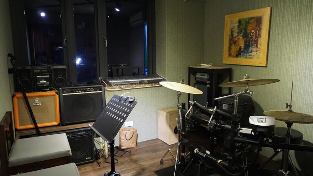 吉他教室。家中無法擺放真鼓、而考慮購買電子鼓的人,也可以在此試打。