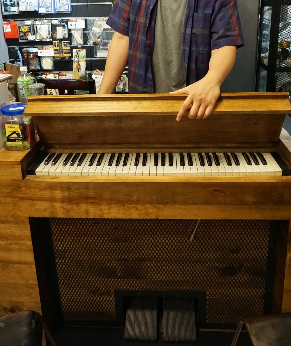 一樓的櫃台桌面可以打開變成風琴。