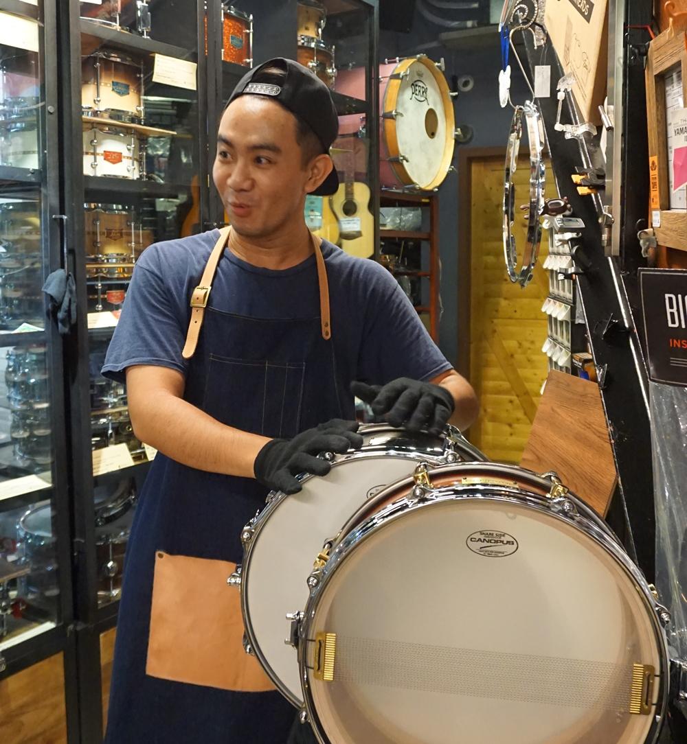 店長汪汪正在進行小鼓的清潔與維護。
