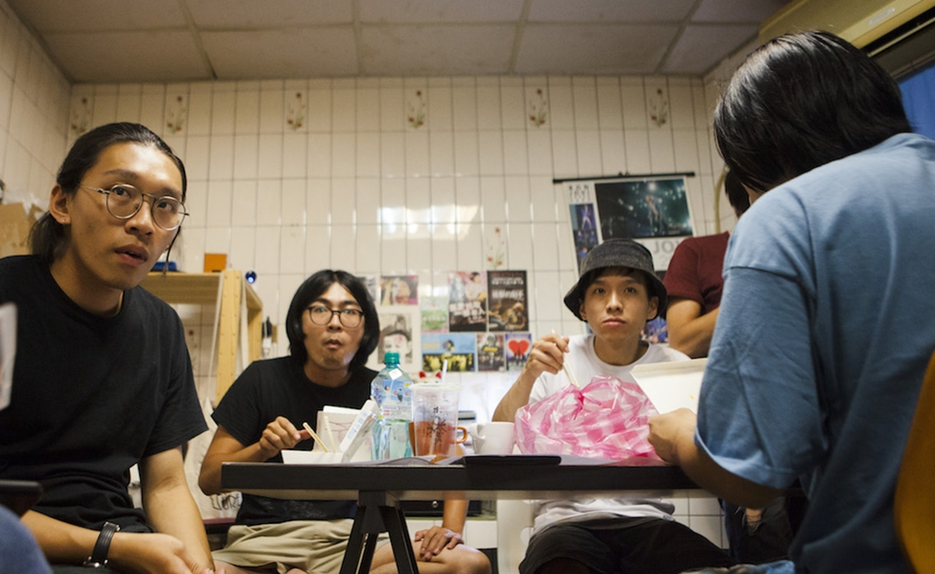 (左二)貝斯手謝俊彥