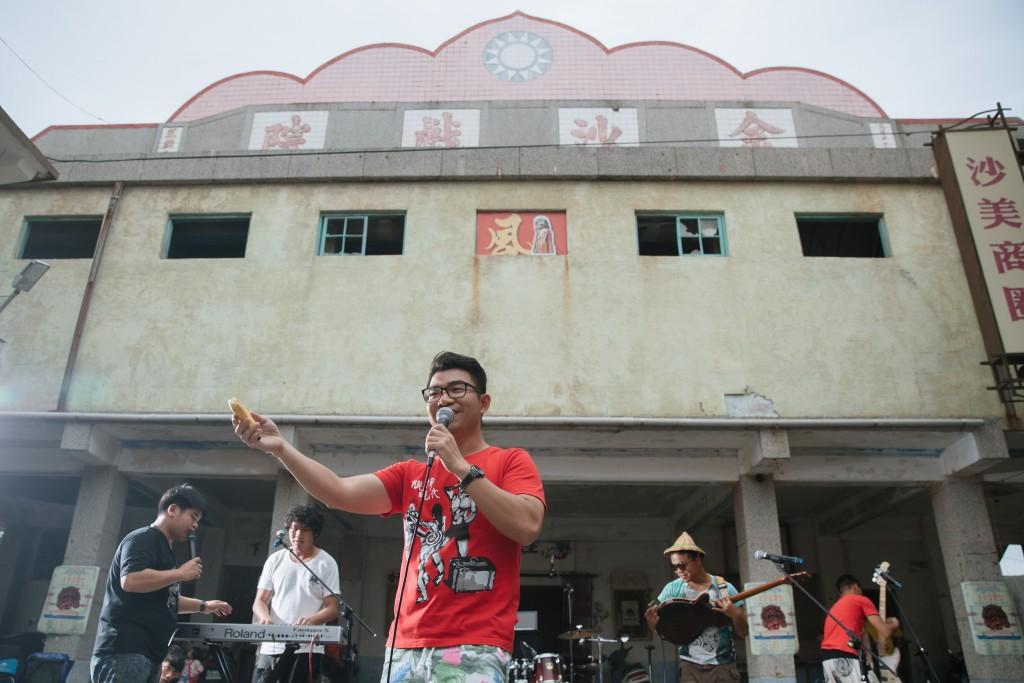前一屆,台青蕉樂團於金沙戲院前演出。