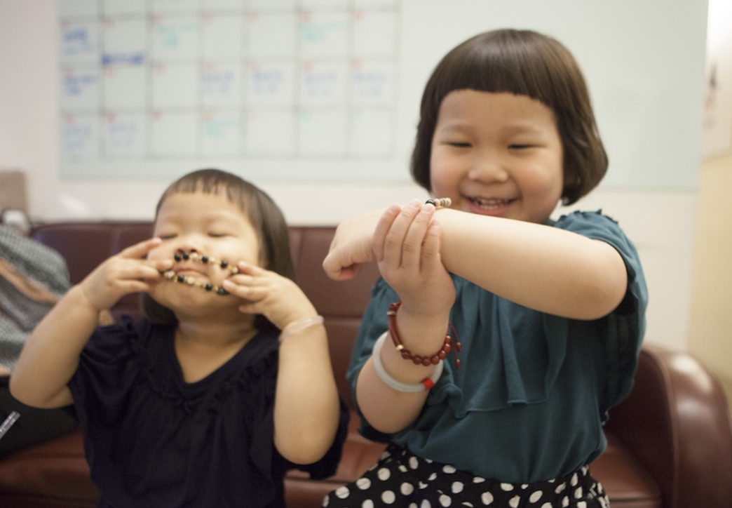 手環展示中。胖球和斯拉很喜歡馬麻朋友送的手環,覺得很漂亮所以一直戴著。