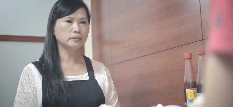 黎可辰特別感謝飾演主角母親的韓媽(設計總監小韓的媽媽),本身是做殯葬業的她非常上戲,MV中出現的重要骨灰罈也是她所提供。