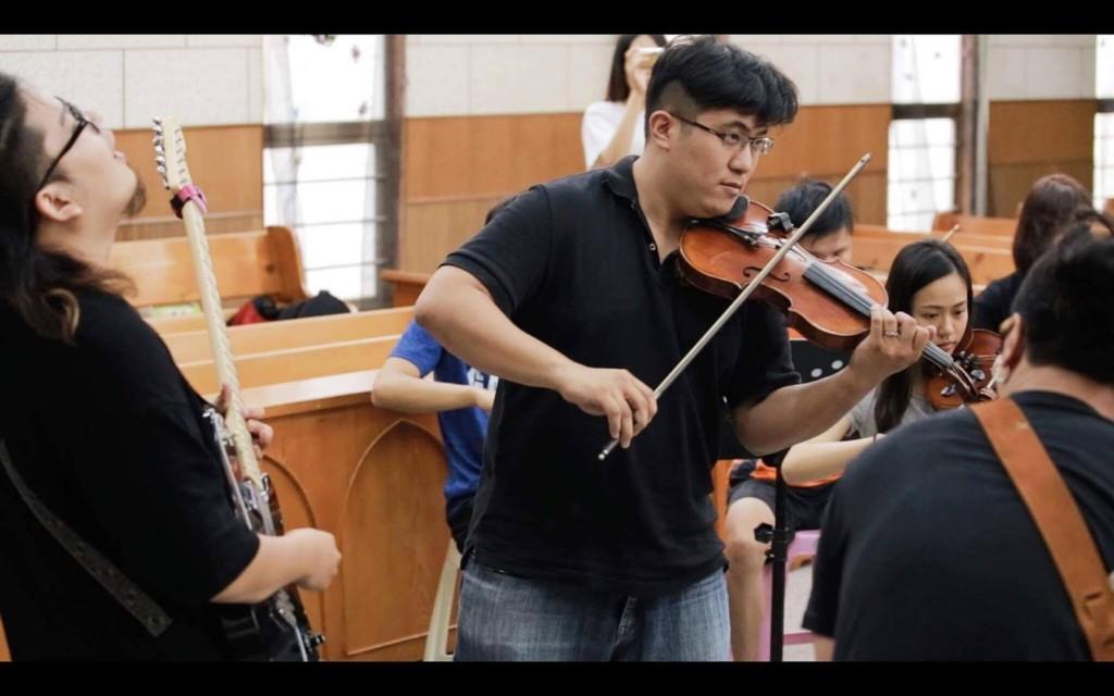 吳佳鴻從小提琴手、老師,晉級成為樂團指揮。在府都弦樂團實踐「無差別年紀弦樂團」的理想。