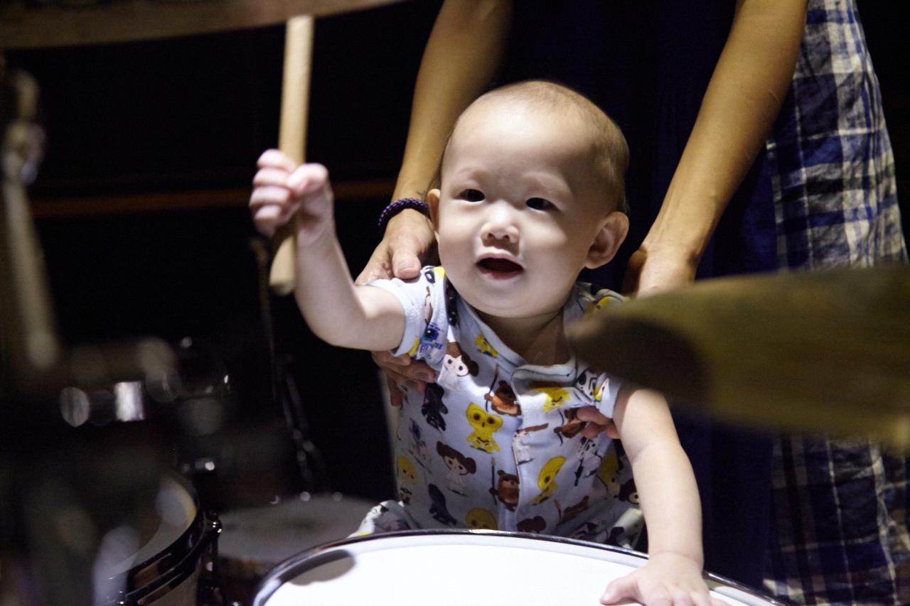 小小鼓手揮起鼓棒來很有架式喔!