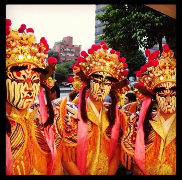 官將首是地藏菩薩的護法將軍。2013年,小春牽頭成立了松山汝南堂,希望有更多人一起供奉神明(中間為小春)