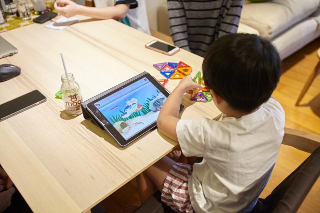 邊玩玩具還邊滑iPad,果然是射手座寶寶,喜歡把自己搞得很忙(笑)。