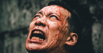 監獄場景考究,獄卒由黑狼黃大旺出演。