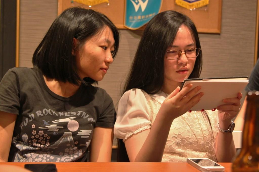 企劃玟沂(右)在瑪啡因團隊中佔據極重要角色。