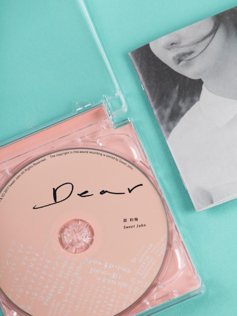 甜約翰首張專輯《Dear》向美好過去溫暖道別!實體現正發行中。