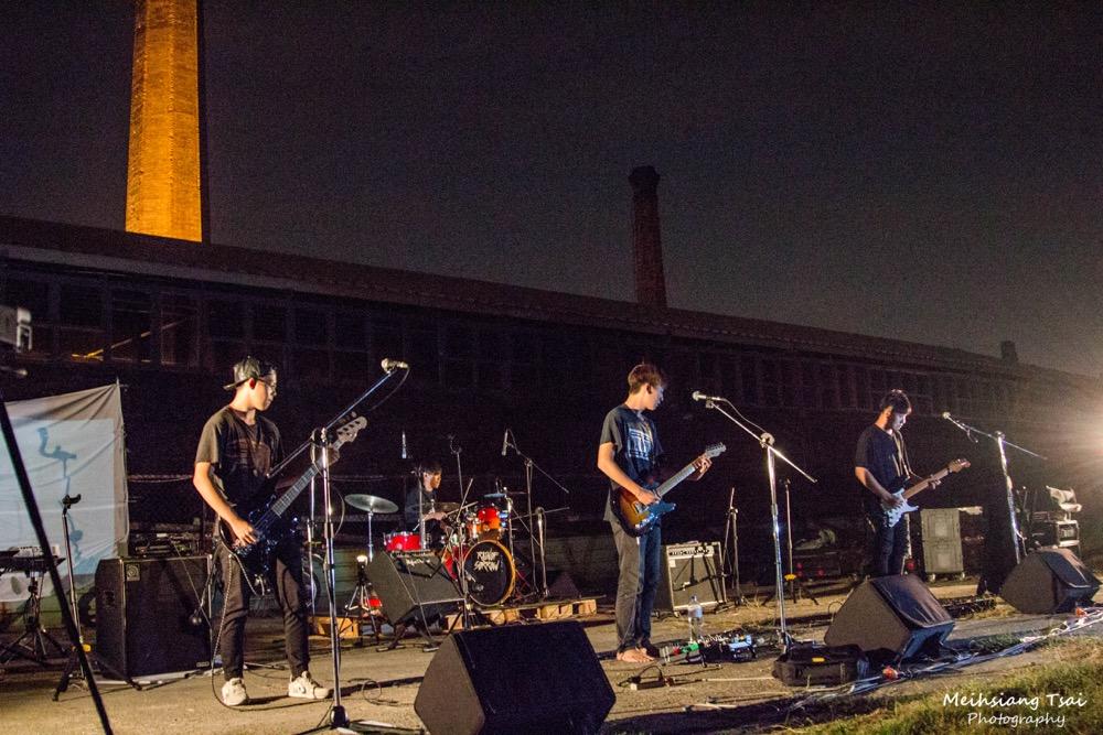 【圖說2】歌迷聚集磚窯場看煙囪聽〈煙囪Chimney〉