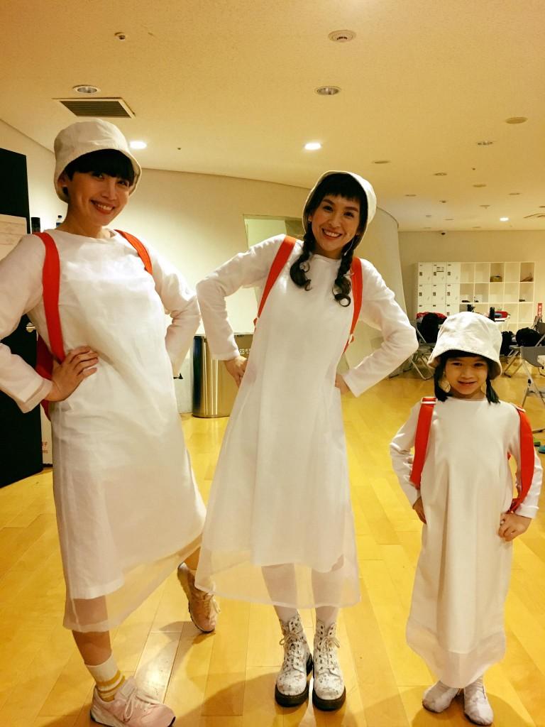 在《地下鐵》舞台劇中分別飾演大中小盲女的魏如萱、魏如昀、賴心樂。(via)
